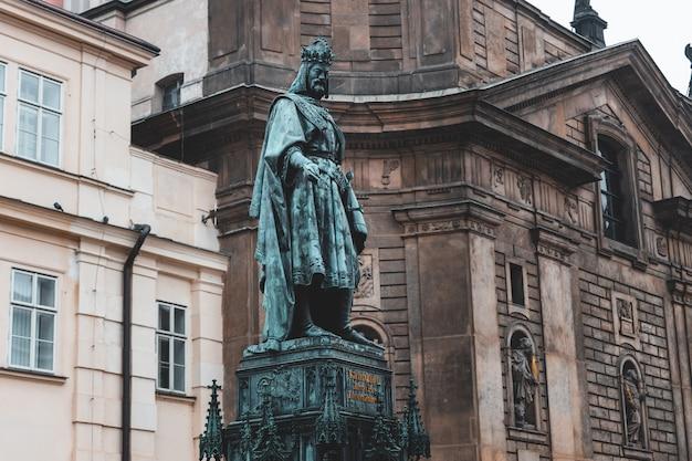 Памятник карлу iv на площади крестоносца возле карлова моста в старом городе праги Premium Фотографии