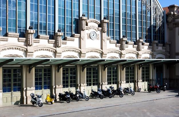 バルセロナのmonument旋門の近くのバス停エスタシオデルノルド(「バルセロナノルド」または「ノルドエスタシオ」) Premium写真