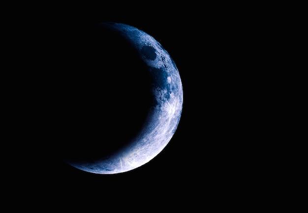 Луна в космосе, половина луны с затмением Premium Фотографии