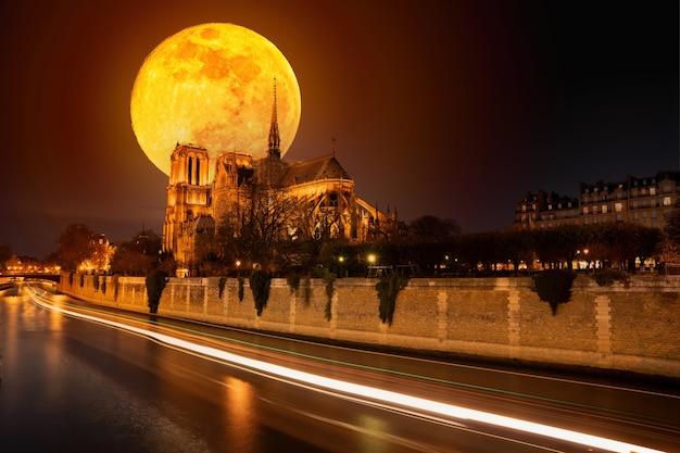 Луна над собором нотр-дам Premium Фотографии