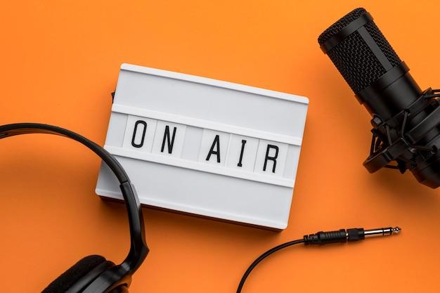 Mattina in onda in streaming radiofonico e microfono e cuffie da caffè Foto Gratuite