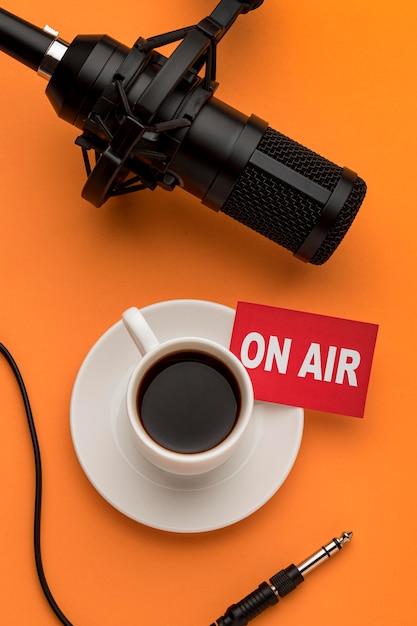 Mattina in onda in streaming radio e caffè e microfono Foto Gratuite
