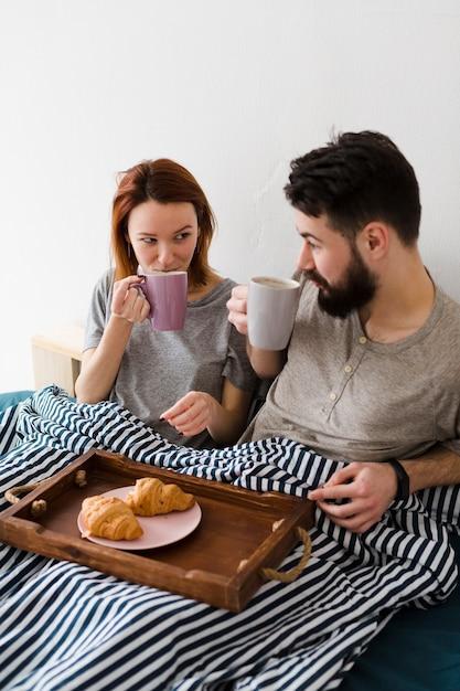 ベッドとコーヒーでの朝の朝食 無料写真