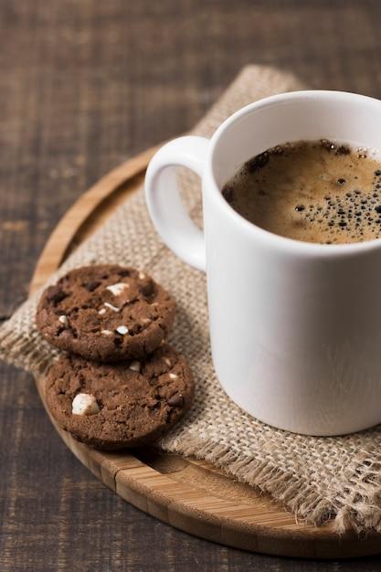 Утренний кофе в белой кружке и печенье Premium Фотографии