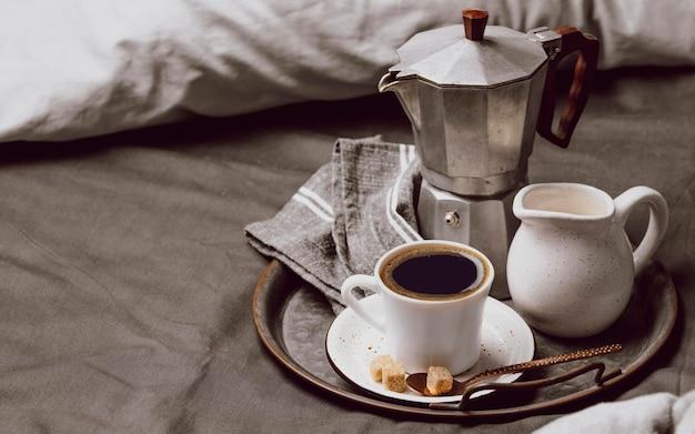 Утренний кофе на кровати с молоком и копией пространства Бесплатные Фотографии
