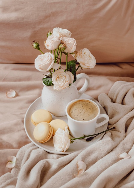 マカロンと花とモーニングコーヒー 無料写真