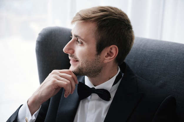 Morning gathering of the groom at home. Premium Photo