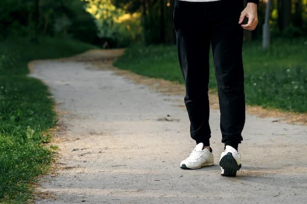 公園での朝のジョギング、男性の足のクローズアップコピースペース Premium写真