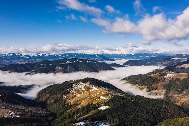 Mattina in montagna. ucraina dei carpazi, vista aerea. Foto Gratuite