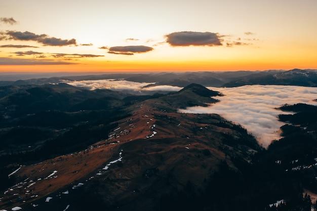 Mattina in montagna. carpazi, ucraina, europa mondo della bellezza Foto Gratuite