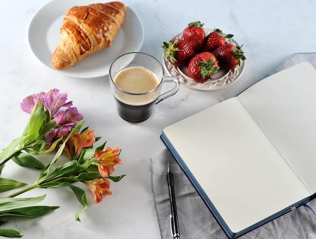 Утренний романтический завтрак, кофейный журнал, пустая тетрадь Premium Фотографии