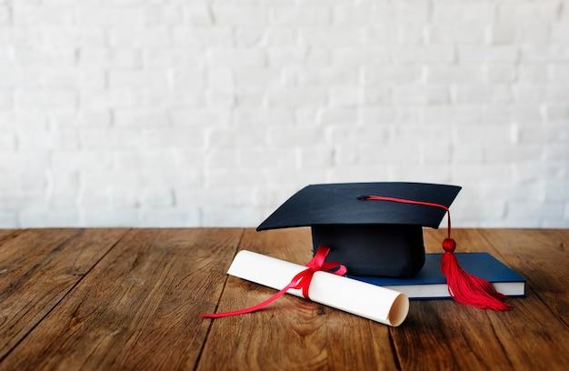 モルタルボードと卒業証書 無料写真