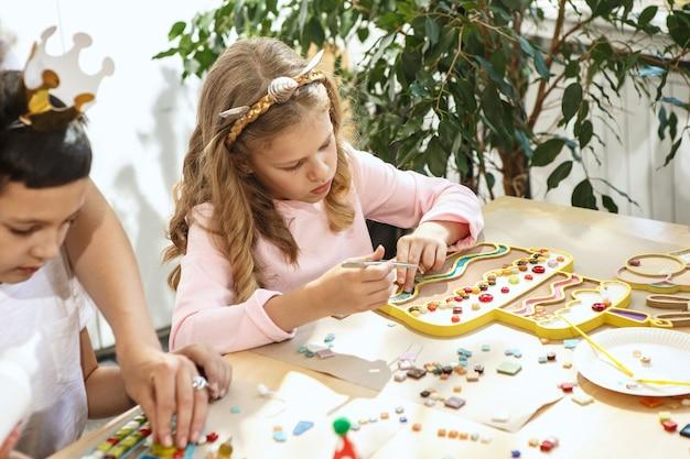 子供のためのモザイクパズルアート、子供たちの創造的なゲーム。 無料写真