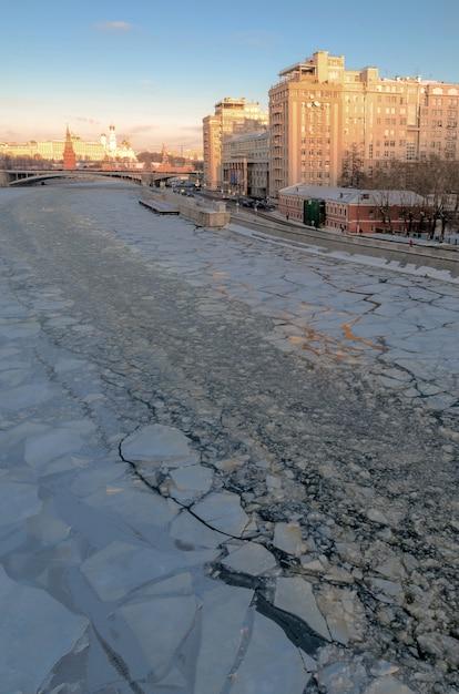 Москва, россия . вид на кремль и москву-реку в солнечный зимний день. Premium Фотографии