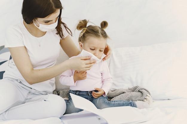 母親と赤ちゃんの自宅で医療用マスク 無料写真