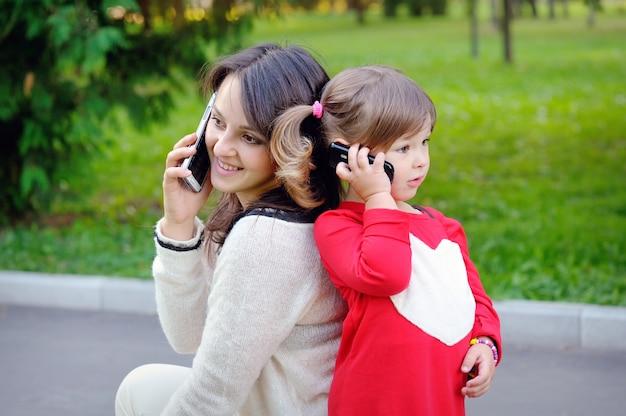電話で話している母と子 Premium写真