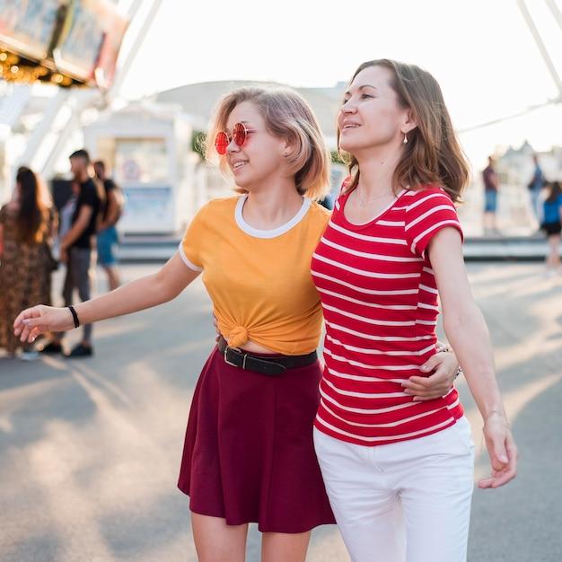 Мать и дочь в парке развлечений Бесплатные Фотографии