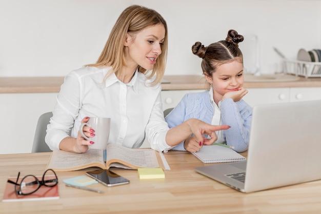 Мать и дочь вместе занимаются Бесплатные Фотографии