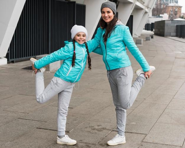 Мать и дочь занимаются спортом Бесплатные Фотографии