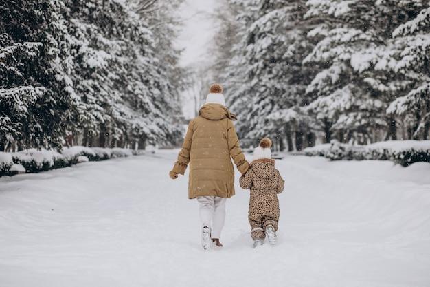 엄마와 딸 눈 가득한 공원에서 재미 무료 사진