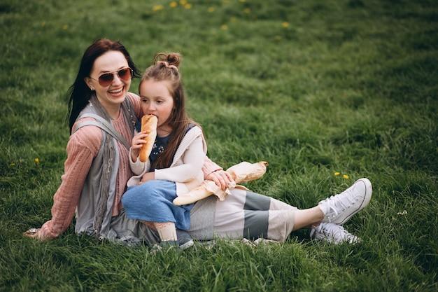 Мать и дочь в парке Бесплатные Фотографии