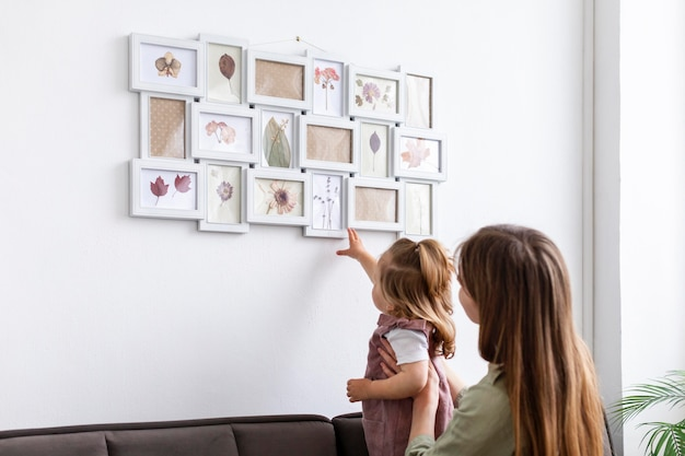 Мать и дочь, глядя на кадр Бесплатные Фотографии
