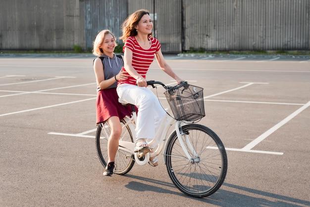 母と娘の自転車 無料写真