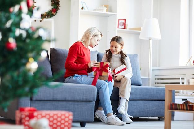 엄마와 딸여 크리스마스 선물 무료 사진
