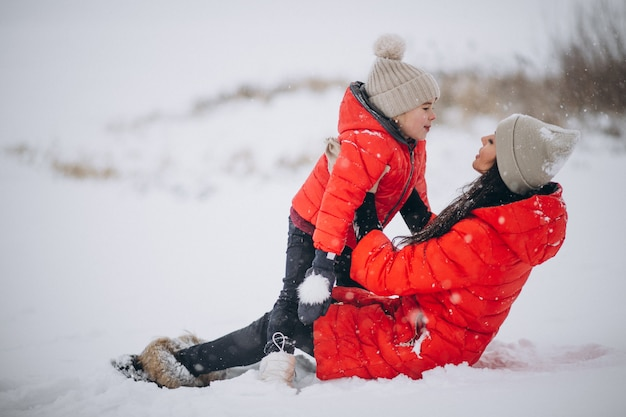Мать и дочь играют в зимнем парке Бесплатные Фотографии