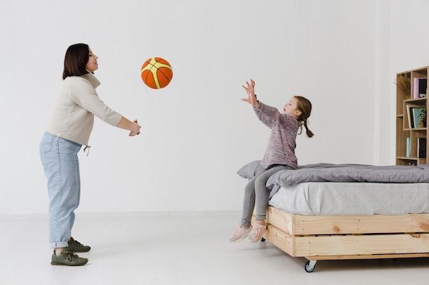 Мать и дочь играют в баскетбол Бесплатные Фотографии