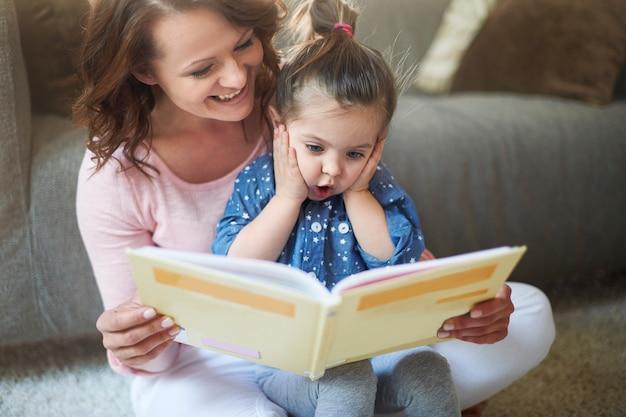 어머니와 딸이 책을 읽고 무료 사진
