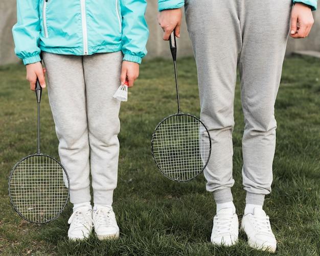 Мать и дочь готовы играть в теннис Бесплатные Фотографии