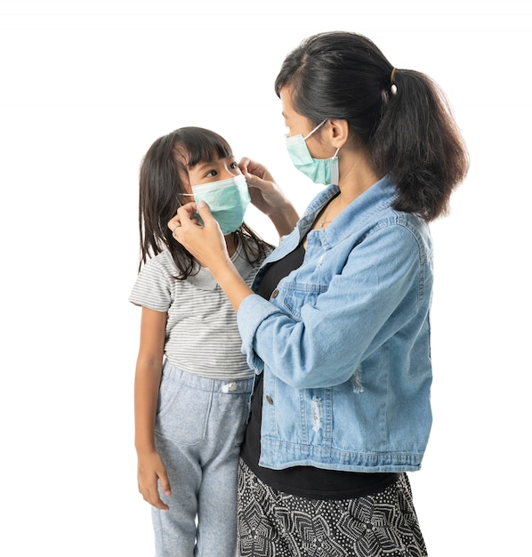 Мать и дочь в масках Premium Фотографии