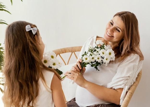 春の花の花束を持つ母と娘 無料写真