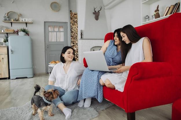 リビングルームで休んでいる母と娘 Premium写真