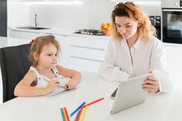 Мать и девушка, глядя на планшет Бесплатные Фотографии