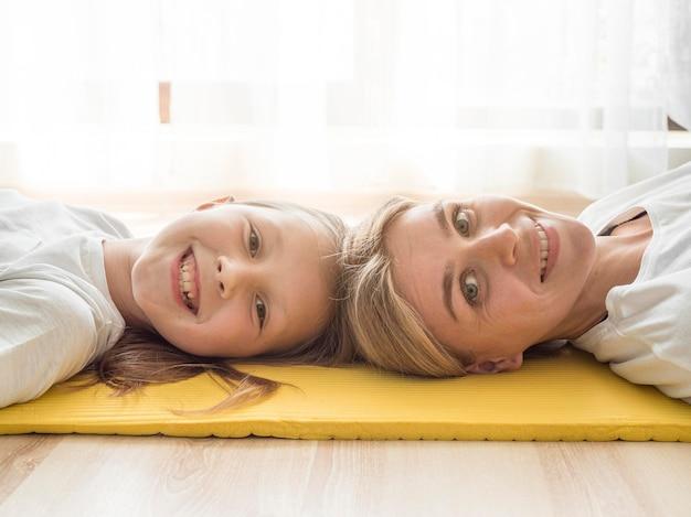 Мать и девушка отдыхают Бесплатные Фотографии