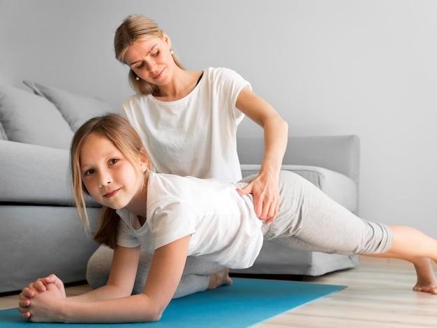 Спортивная тренировка матери и девочки Бесплатные Фотографии