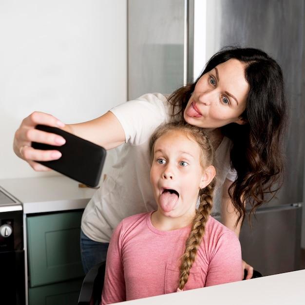Мама и девушка принимая селфи Бесплатные Фотографии