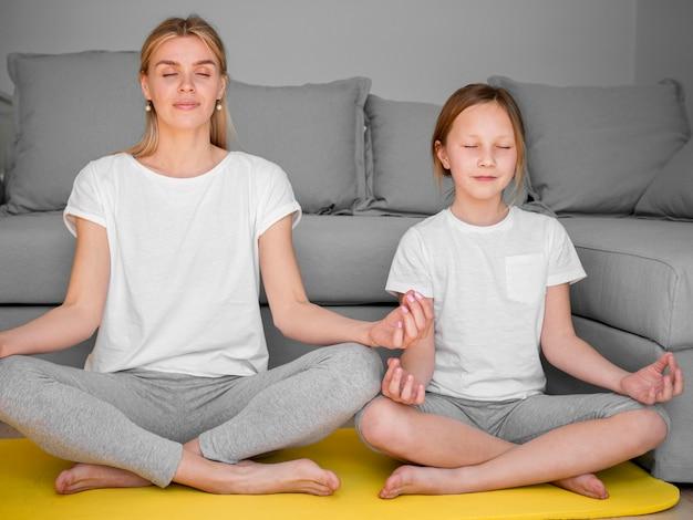 Мама и девочка тренировка йоги Бесплатные Фотографии