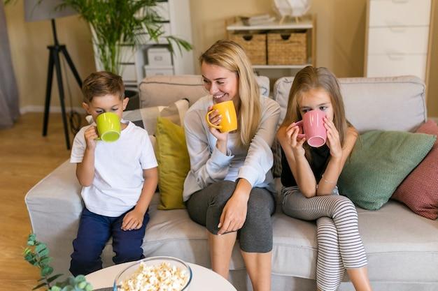 Мать и ее дети пили из чашки вид спереди Бесплатные Фотографии