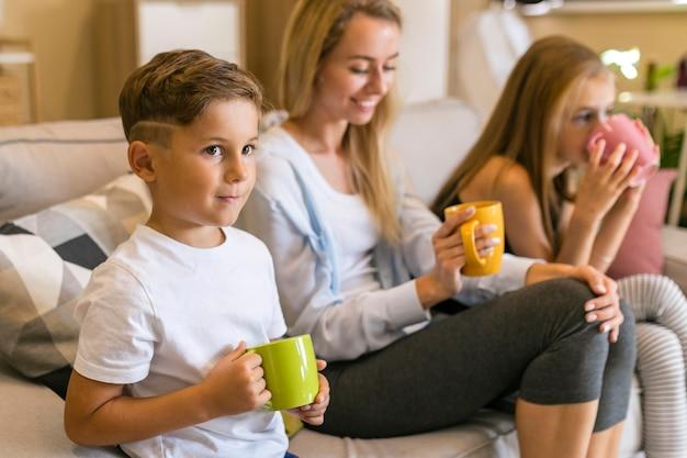 Мать и ее дети пьют из чашек Бесплатные Фотографии