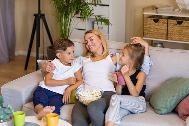 Мать и ее дети проводят время вместе высокий взгляд Бесплатные Фотографии