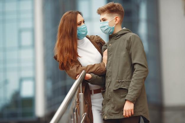 Мать и сын в одноразовых масках Бесплатные Фотографии