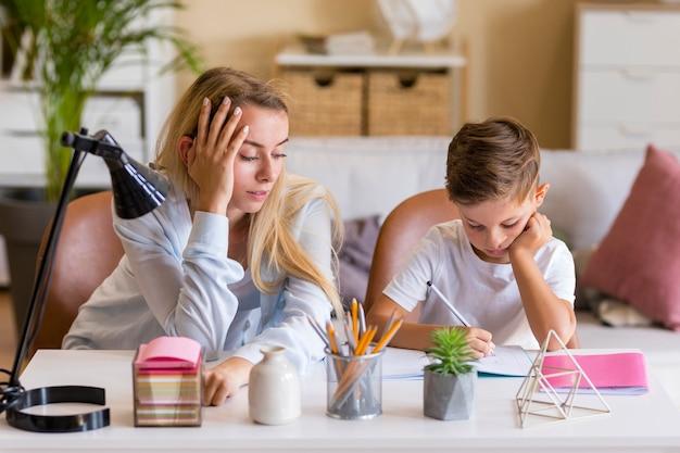 Мать и сын делают домашнее задание Бесплатные Фотографии