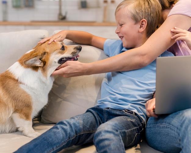 Мать и сын ласкают семейную собаку Бесплатные Фотографии