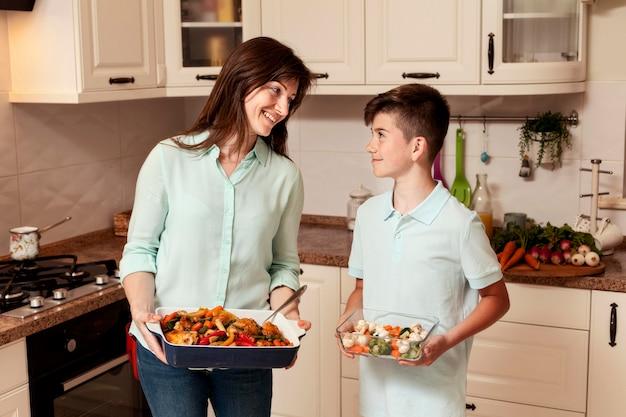 Мать и сын готовят еду в кухне Бесплатные Фотографии