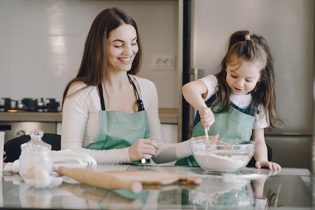 La madre e la figlia cucinano la pasta per i biscotti Foto Gratuite