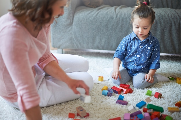Madre e figlia che giocano con i giocattoli Foto Gratuite