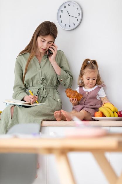 Madre e figlia con il cibo Foto Gratuite